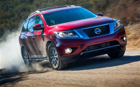 2013-Nissan-Pathfinder-front-kicking-up-dust