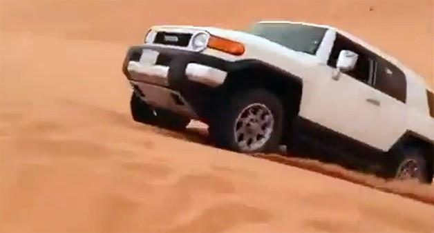 Прыжок через дюны на Toyota FJ Cruiser