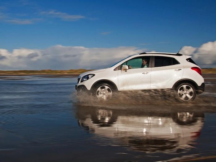 Opel Mokka едет по воде