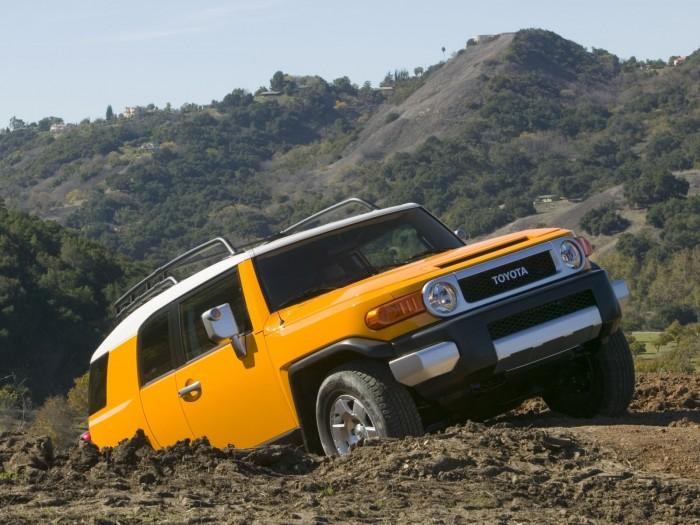 Toyota FJ Cruiser въезжает в гору
