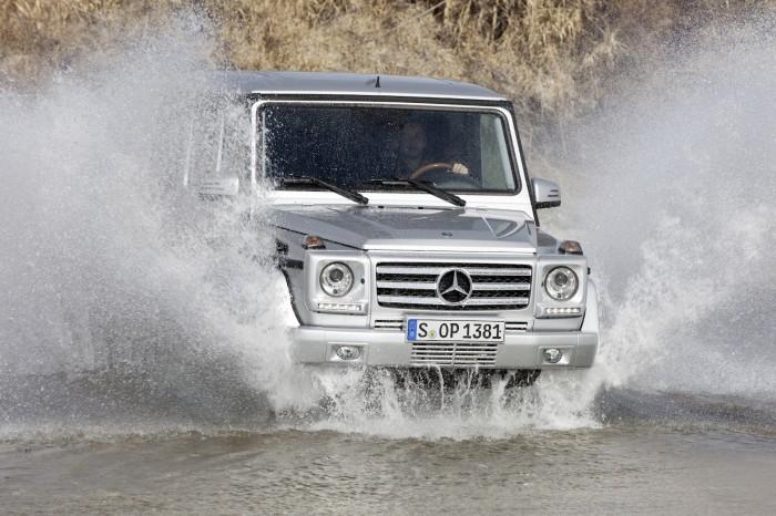 Mercedes G-class преодолевает мелкий брод