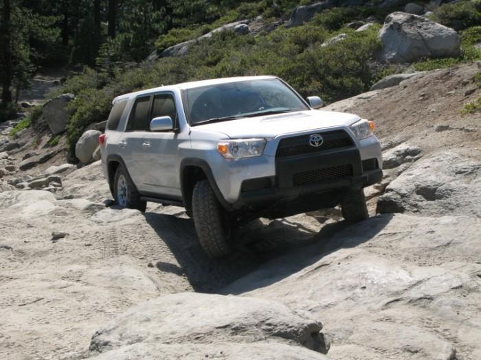 Toyota 4Runner едет в крутую гору