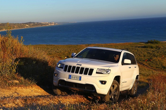 Белый Jeep Grand Cherokee
