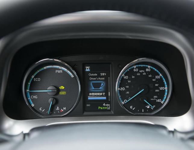 pribornaya-panel-Toyota-RAV4-2016