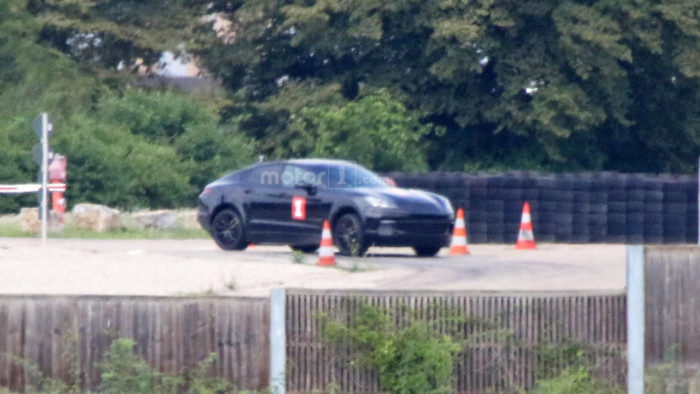 possible-porsche-cayenne-coupe-test-mule-spy-photo (1)